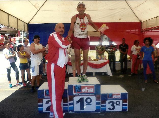 Grilo Corredor recebe a premiação pelo primeiro lugar na Corrida do Fogo 2014, disputada em Salvador