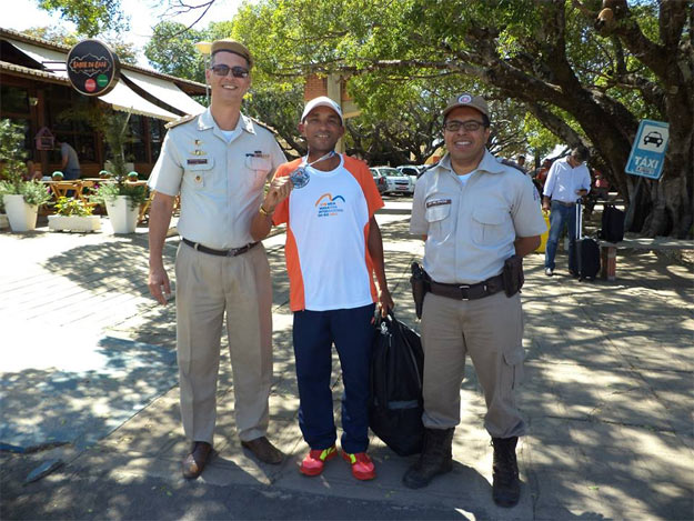 Cabo Linaldo é recebido no aeroporto de Barreiras pelo Comandante do 10º BPM, Major Uzêda e o Capitão Marcus Vinícius, grandes apoiadores do atleta barreirense