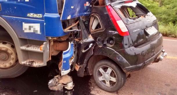 Fonte G1.com/TO - O carro ficou preso a caminhão durante acidente com morte na TO-080, no Tocantins (Foto: Joabe Silva/Divulgação)