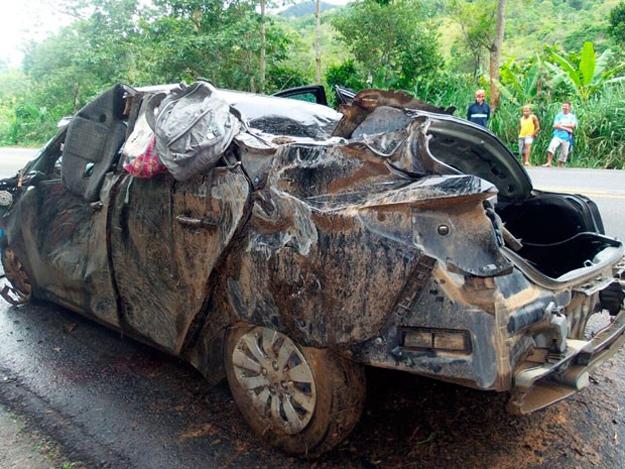 Acidente matou cinco pessoas, entre elas um bebê, e deixou o condutor ferido (Foto Camila Oliveira/TV Santa Cruz)