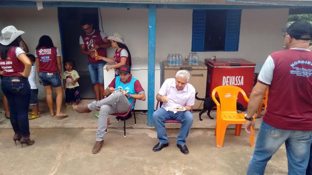 Giovani Mani e Dó Miguel fazem uma boquinha no povoado de Lameirão