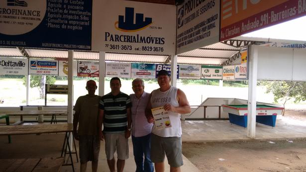 O sócio do CTG, Dó Miguel, entrega as cartelas vendidas do bingo com excelente premiação