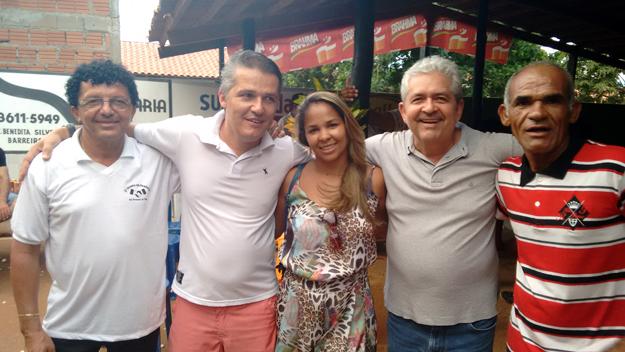 Farinha, dono do bar, Ricardo Rodrigues e esposa, Dó Miguel e um velho amigo aposentado da Embasa, participaram da caminhada no povoado de Tatu