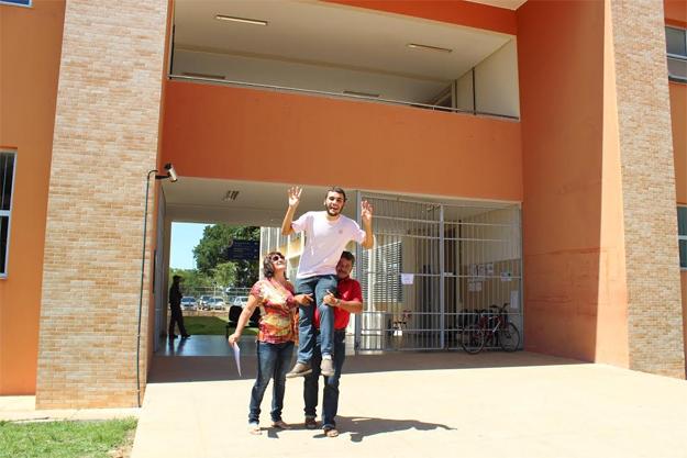 Junto com a mãe, Ana Aparecida Leite, e o futuro padrasto, Kaíc Leite festeja o ingresso no curso de Farmácia da Ufob/ Foto Divulgação Ascom