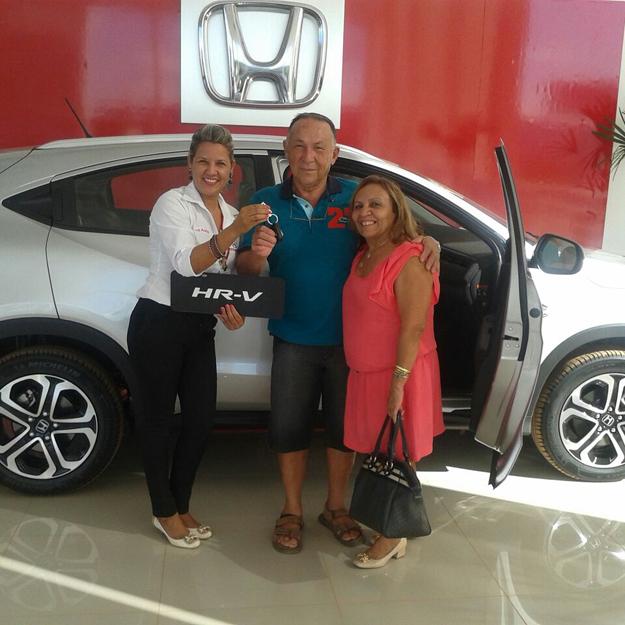 Srª Valdeci Melo e seu esposo Joaquim ao receberem o HR-V de Georgia Castro, promotora de vendas da Luz Autos