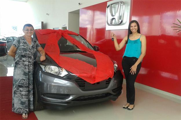 Srtª Ana Cristina e sua mãe, ao receber as chaves do HR-V das mãos de Georgia Castro, promotora de vendas da Luz Autos