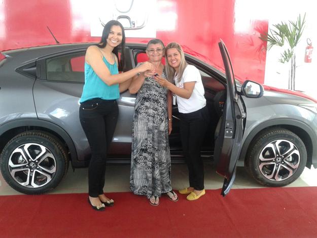 Srtª Ana Cristina e Srª Joana, recebendo o seu HR-V na Luz Autos