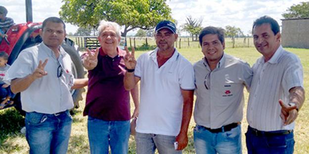 Amigos de Dó Miguel e representantes da Massey Ferguson no evento