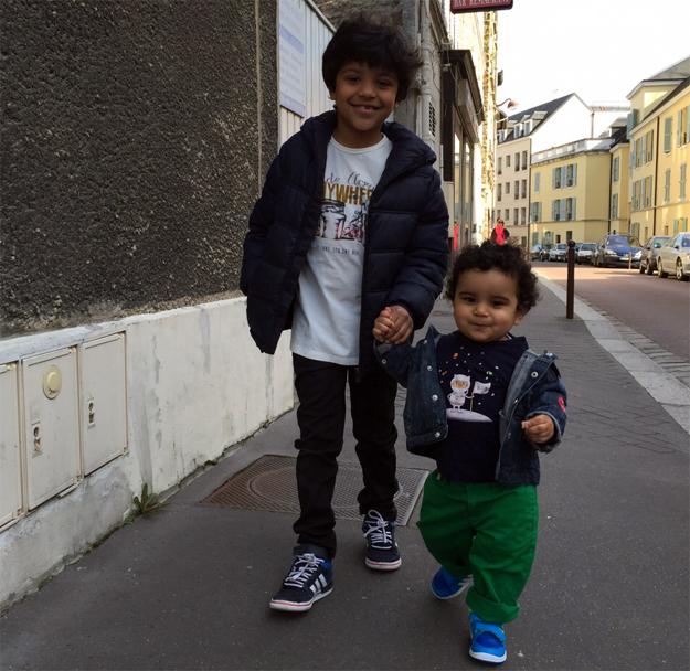 Os filhos de Ivanilson durante passeio nas lendárias ruas de Paris