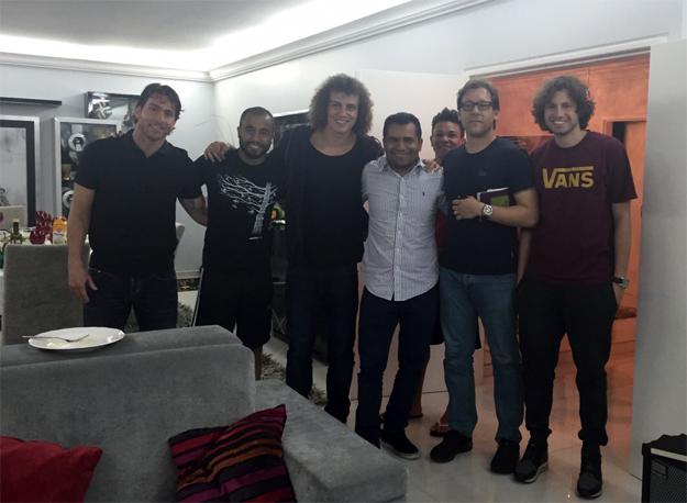Lucas recebe em sua casa em Paris, amigos como David Luiz
