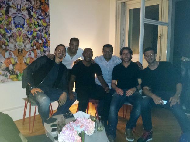Sempre que está na casa de Lucas em Paris, costuma bater um saudável bate papo com atletas como Thiago Silva, Maxwell, David Luiz, Ibrahimovic, entre outros.
