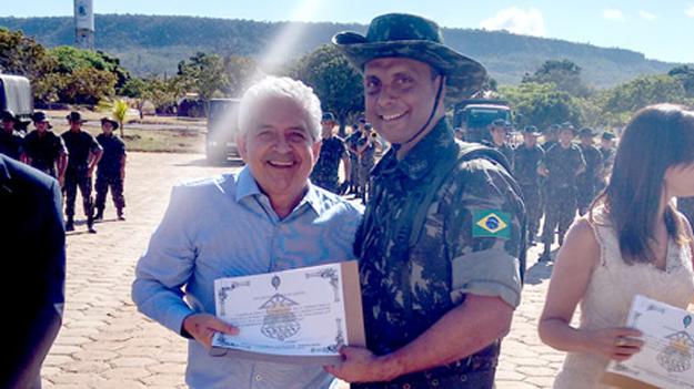 """Dó Miguel sendo agraciado com o diploma da """"Ordem do Rio Grande"""
