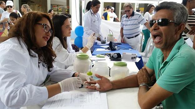 Estudantes de Farmácia realizaram teste de glicemia durante Dia C de Cooperar