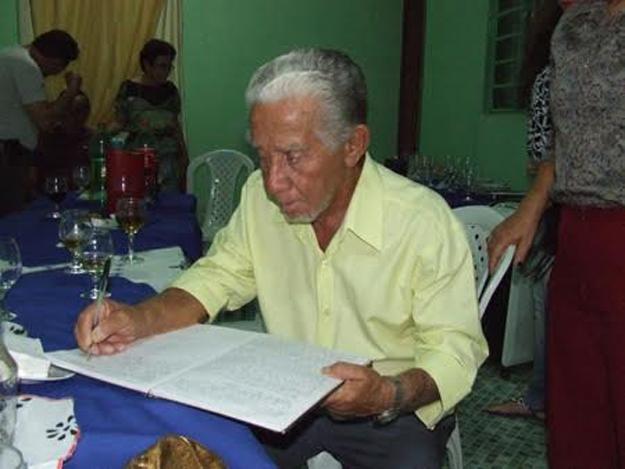 Luiz Pamplona assina a Ata da Assembleia da ABL