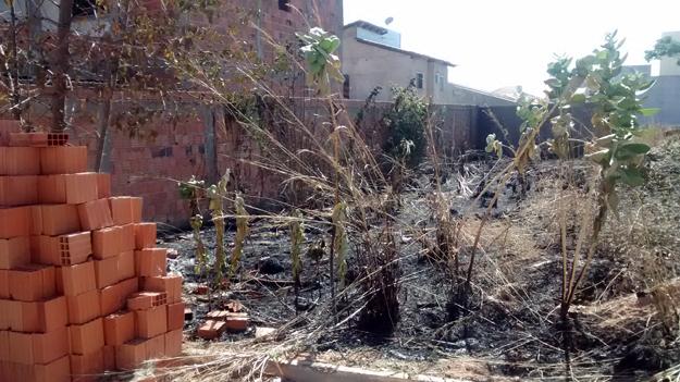 Os moradores atearam fogo em parte do terreno onde os bandidos estavam escondidos