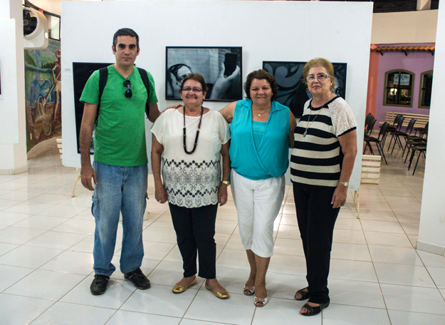 Müzell, Diana Macedo e Regina Moura, mãe do artista (primeira à direita)