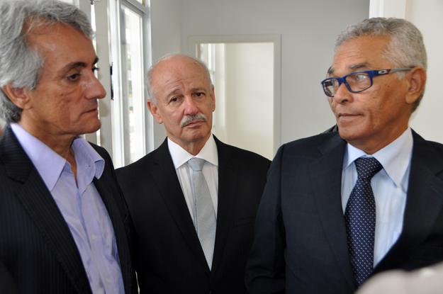 Prefeito em exercício, Paê Barbosa, juiz de direito, Cezar Lemos de Carvalho e o desembargador e presidente do TJ-BA, Eserval Rocha